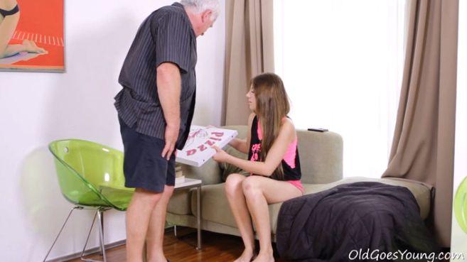 Abuelo pervertido le trae pizza y polla a su nieta