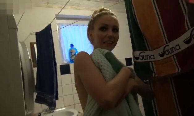 Hermanita sorprendida en la ducha