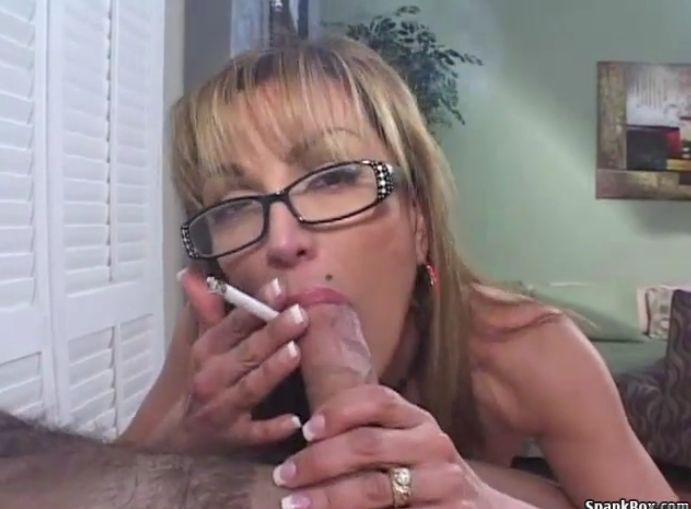 Madura haciendo una mamada mientras fuma