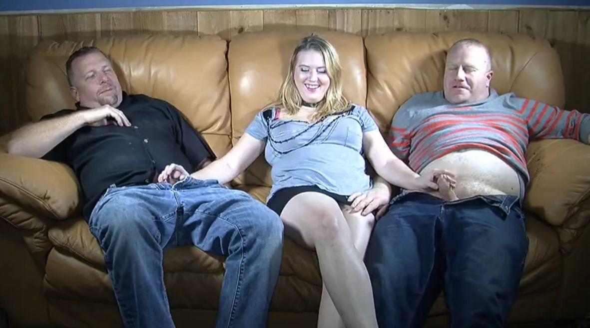 Rubia follándose a su padre y su suegro