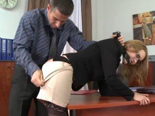 Secretaria azotada en el culo