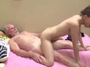 Sobrina y su tio viejo se follan duro