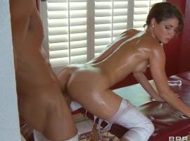 Jenni Lee es follada duro por el masajista