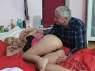 Abuelo cachondo adora las muñecas
