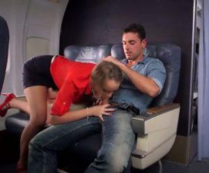 video relacionado Azafata impresionante se tira a un pasajero