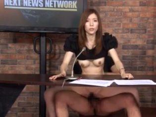 Dos sementales con presentadora asiática