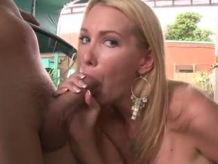 Rubia cachonda quiere follar en público