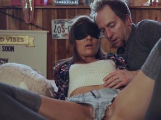 Sexo con hijastra engañada por el padre