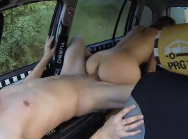 Se sube al taxi y se baja las bragas