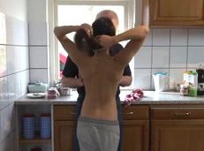Folla con su abuelo por una apuesta