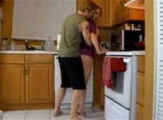 Madura violada por su hijastro en la cocina