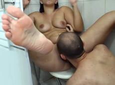 Hace pipi en la ducha y su marido le come el coño