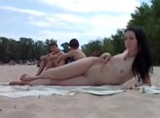 Cámaras ocultas a jovencitas en playas nudistas