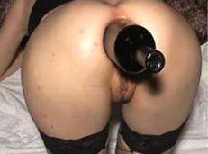 Le meten una botella por el culo de vino