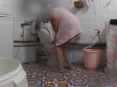 Cámara oculta a su vecina mientras se lava el coño
