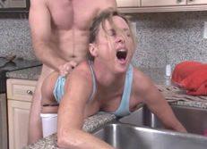 Madre violada en la cocina cuando se queda atascada