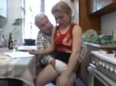 ¿Que tienes debajo de las braguitas nieta mía?