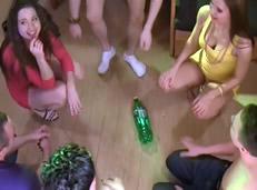 El juego de la botella acaba en desfase sexual