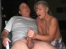 Mi madre masturba todos los días a mi padre