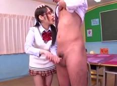 Alumna con gafitas le hace una paja al maestro