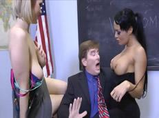 Profesor disfruta follando con sus alumnas