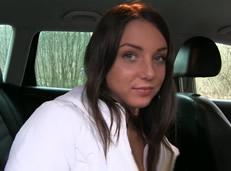 Pareja sorprendida follando en el coche