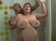 Follando a una gorda madura en la ducha