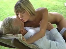 Jovencita cachonda seduce a su abuelito