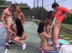 Orgía de chicas en la pista de tenis