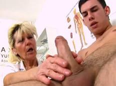 Vieja alucina con el miembro de un paciente