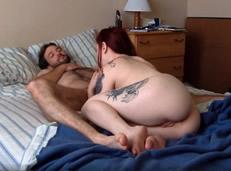 Novia tatuada adora chupar la polla del novio