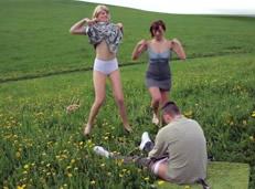 video relacionado Las zorras del pueblo acosan a un vecino