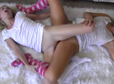 Compañeras de piso lesbianas haciendo la tijera