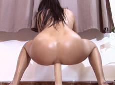 Adolescente colegiala cabalga un enorme dildo por el culo