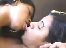 Dos chicas besándose por primera vez