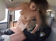 Policía follando en su vehículo fuera de servicio