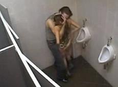 Poligonera follada en los baños de una discoteca