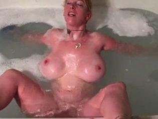 Madura tetona se masturba en el jacuzzi y chupa polla
