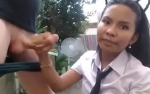 video relacionado Colegiala latina probando el rabo de su vecino en el jardín