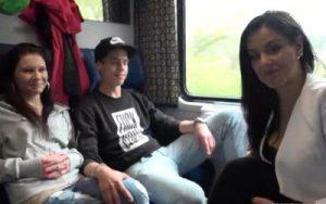 video relacionado Jovencitas entregadas, haciendo un intercambio de parejas en el tren