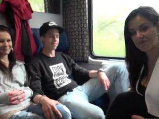 Jovencitas entregadas, haciendo un intercambio de parejas en el tren