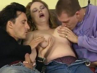Vicioso buscando una pareja por la calle para montar un trío