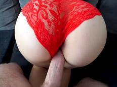 Jugoso culo Español en bragas rojas follado