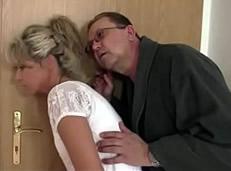 Engañan a su hijo para follarse a su novia