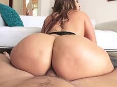 Milf latina meneando su culo gordo