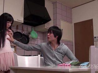 Asiático somete a su propia hermana en la cocina