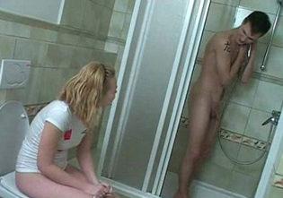 Follándose a la hermana pequeña en la ducha