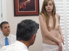 Hija pierde la virginidad con su hermano y su padre
