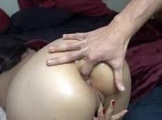 Hurgando en el culo de su novia de 18 años