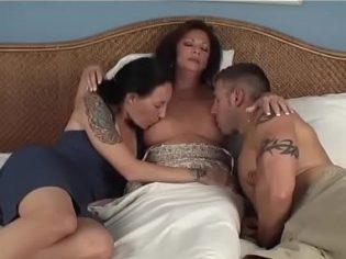 Vieja incestuosa amamantando a sus hijos después de grandes ¡es una enferma!